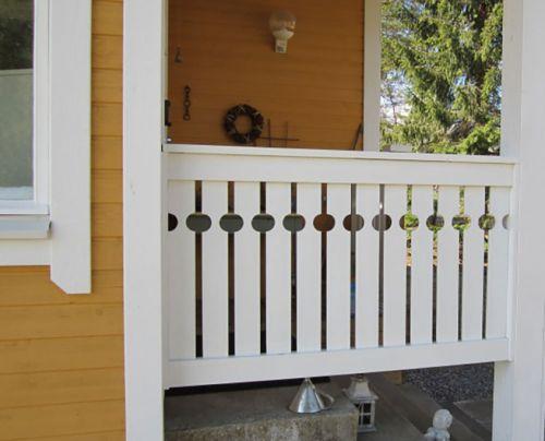 Maalaustyössä on erittäin tärkeää huolehtia kehykset kauniiseen kuntoon, eli nurkkalaudat ja ikkunan pielet.