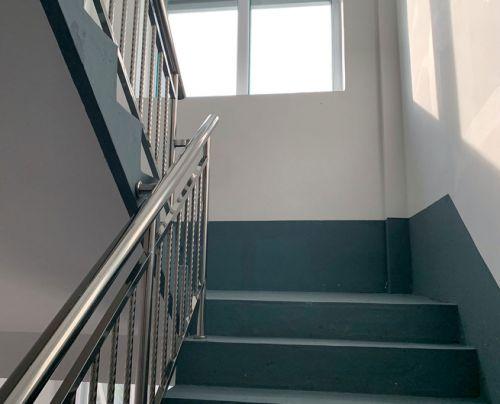 Porraskäytävän rappujen, seinän ja kaiteiden maalaus ja puhdistus.