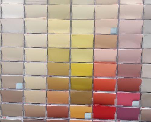 Värikarttoja voidaan katsella hyllystä, mutta useimmiten ne tuodaan kodin omaan valoon arvioitavaksi.