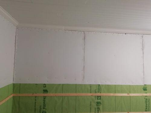 Vanhan hirsitalon keittiön seinien yläosan pinkopahvien uusinta.