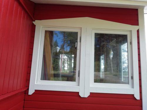 Talon ulkoverhous, ikkunoiden ja ovien pielet ja nurkkalaudat valmiina.