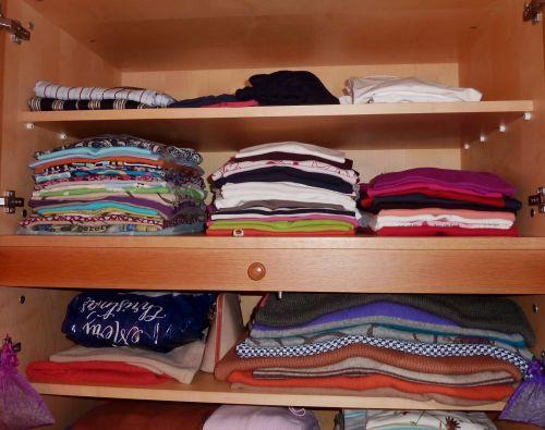 Vaatekaappi kuntoon - vaatteet pysyvät parempilaatuisina pidempään kun ne säilyttää siististi.
